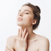 Zmarszczki na szyi i dekolcie - jak się pozbyć? Ćwiczenia i zabiegi